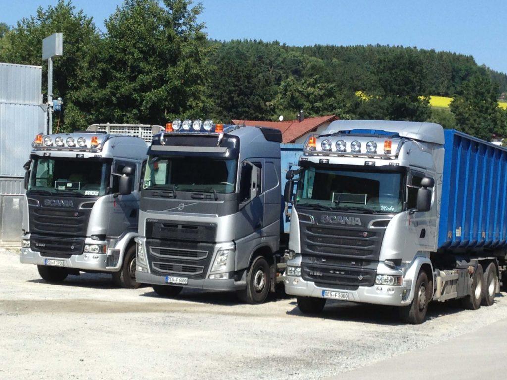 Drei LKWs in einer Reihe